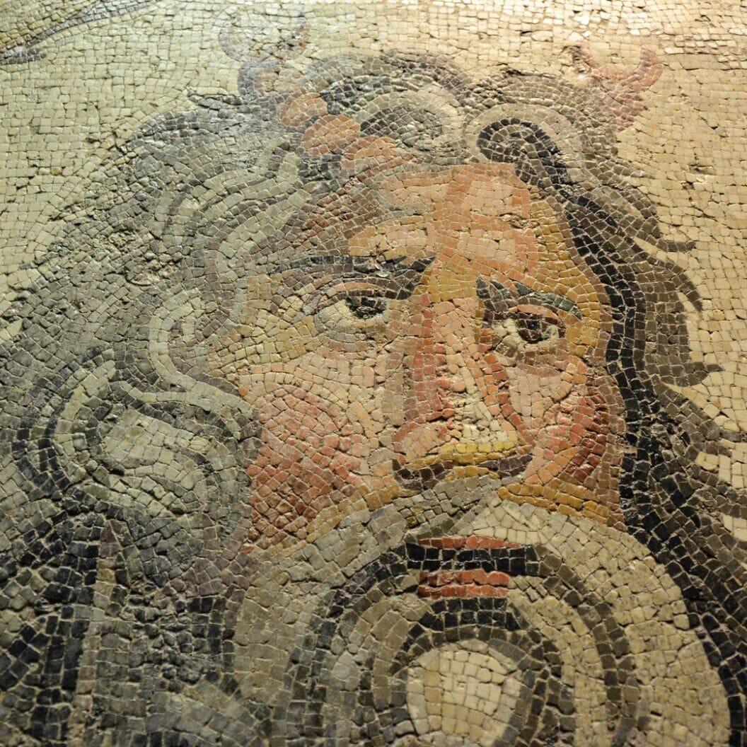 grosse reise 🏍 tag 325 das mosaik museum sei ein muss sagen sie. wir treten ein und werden von ei